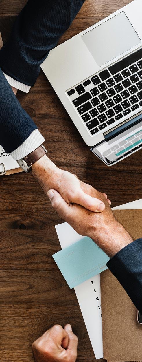 dos inversores dándose las manos