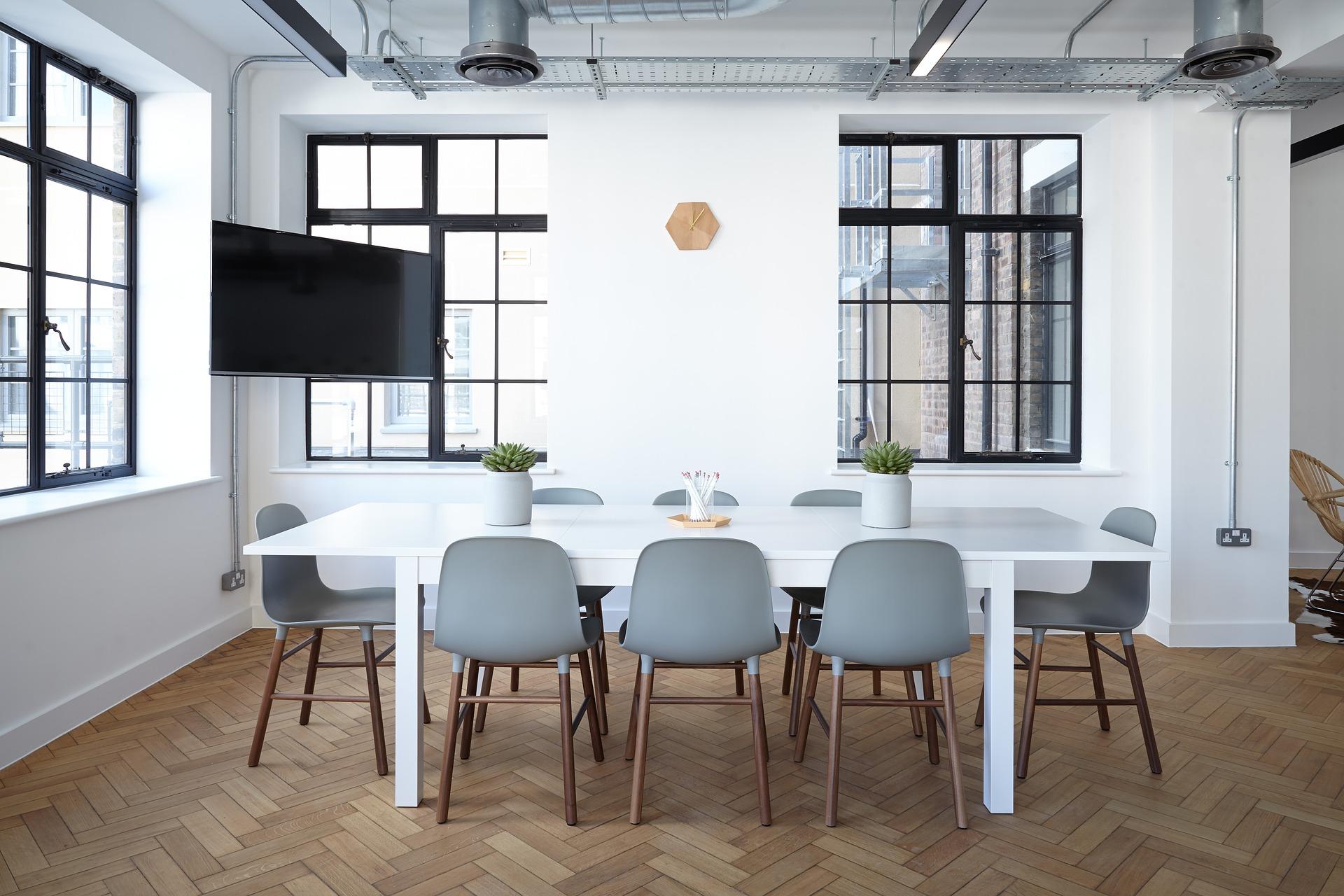 imagen de una oficina moderna y monocromatica