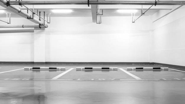 foto de un garaje iluminado y limpio